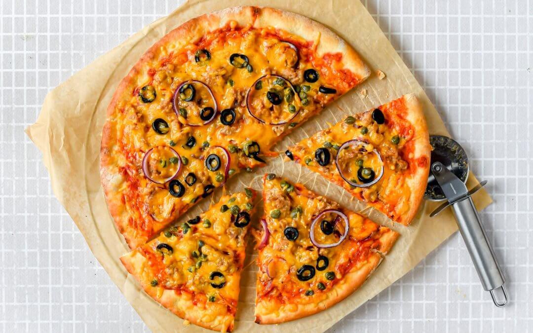 Visvrije tonijn pizza met zwarte olijven en cheddar